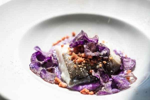 Baccalà con pane alle erbe e crema di patate viola