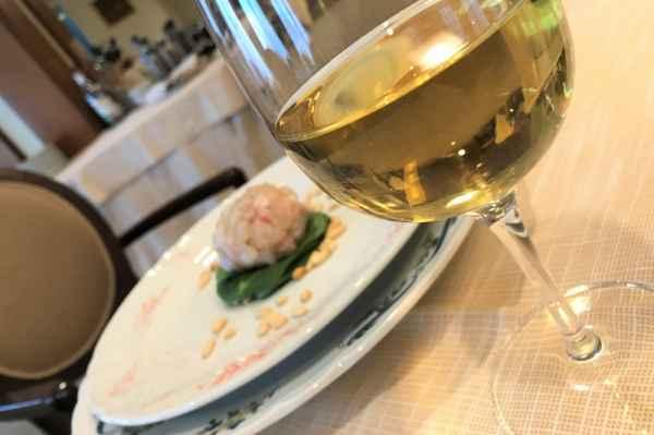 Tartare di spigola con spinacina e pinoli tostati