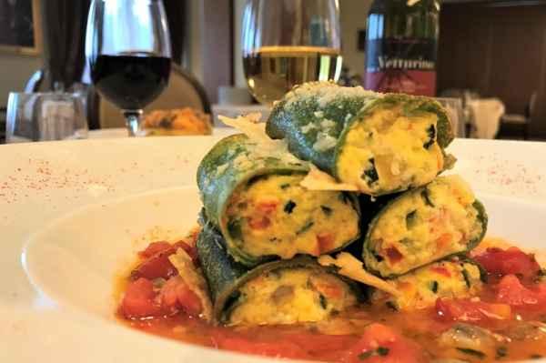 Cilindri verdi di pasta fresca ripieni di ricotta e spinaci in guazzeto di lupini del Mediterraneo