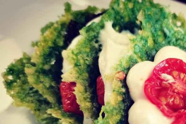 Tapas verde al basilico, mousse di bufala e pomodorini appassiti
